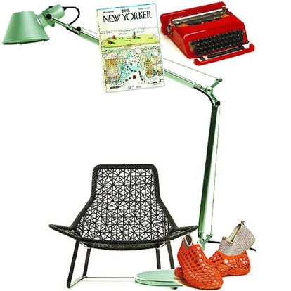 Lámpara <i>Tolomeo</i>; portada de la revista  <i>New Yorker</i>; máquina de escribir <i>Olivetti</i>; silla <i>Maia</i> y zapatillas <i>Zvezdochka</i>.