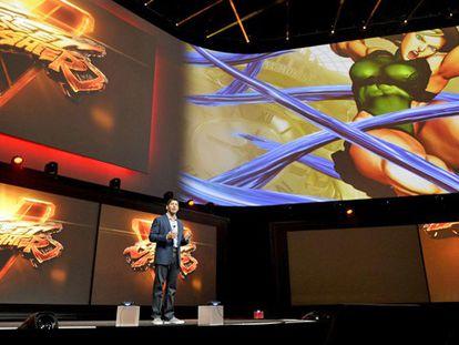 """Un ejecutivo de Sony presenta la nueva versión de """"Street Fighter""""."""