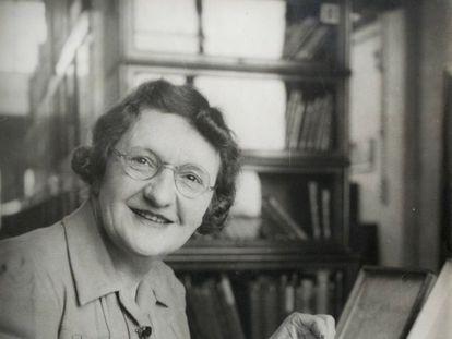 Cynthia Longfield Roberts, conocida como  'Madame Libélula', con una colección de insectos en octubre de 1947.