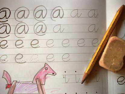 Es importante escribir a mano en las primeras fases de la edad.