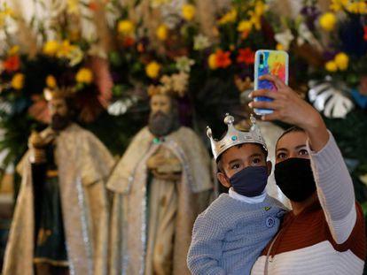 Una mujer y su hijo se toman una fotografía en la parroquia de los Santos Reyes, en la localidad de Cajijitlán, en Jalisco, México.