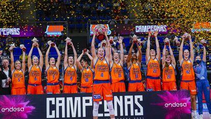 Las jugadoras del Valencia Basket celebran la conquista de la Supercopa. feb