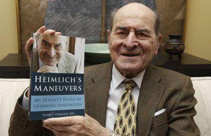 El doctor Henry Heimlich, con un ejemplar de sus memorias.