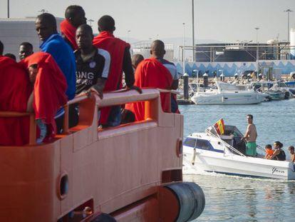 Inmigrantes llegando al puerto de Tarifa.