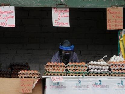 Un vendedor trabaja en un mercado mayorista en Quito, Ecuador, en julio de 2020.