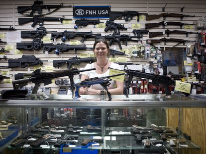 Gina Brewer, dueña de Texas Gun, un local de venta de armas en San Antonio.