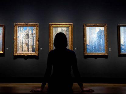 Una mujer observa los cuadros de la catedral de Rouen de Monet, ayer en la National Gallery de Londres.