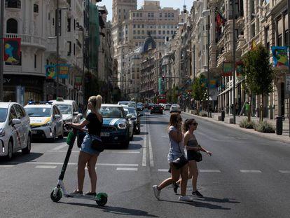 Varias personas cruzan por la Gran Vía, en el interior de Madrid Central.