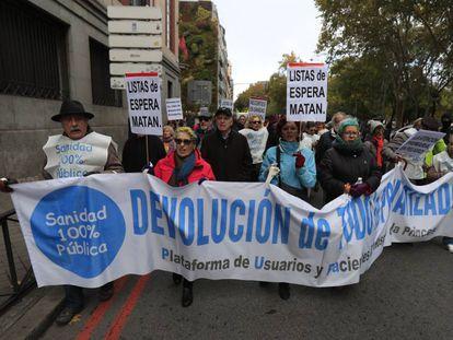Manifestacion de la Marea Blanca madrileña frente al ministerio de Sanidad el domingo 17 de noviembre.