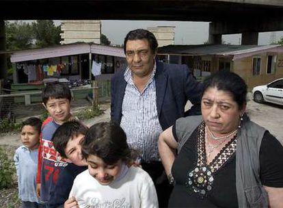 Una familia en otro campamento en las afueras de la ciudad.