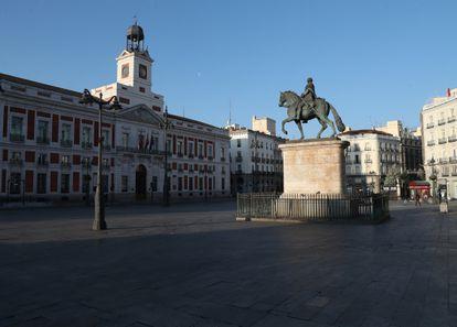 La Puerta del Sol de Madrid prácticamente vacía en marzo de 2020 a consecuencia del confinamiento decretado por el coronavirus.