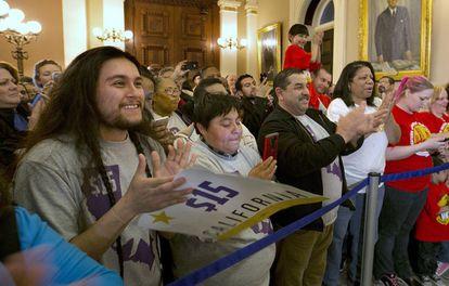 Partidarios de la subida celebran la aprobación en el Capitolio.