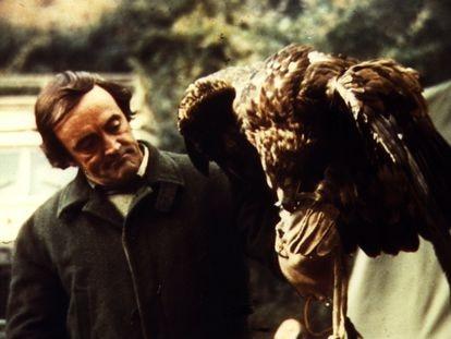 El naturalista y presentador de TVE Félix Rodríguez de la Fuente, con un águila en sus manos.
