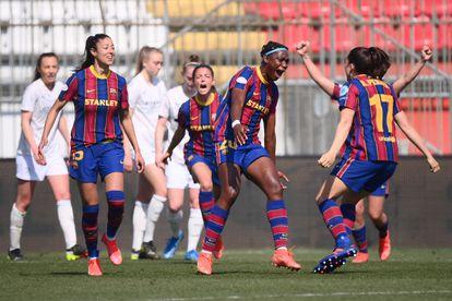 Oshoala celebra junta a sus compañeras, el primer gol del Barcelona ante el City.