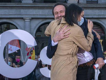 Edmundo Bal, candidato de Ciudadanos a la presidencia de la Comunidad de Madrid, abraza a la líder del partido Inés Arrimadas, en un acto de campaña.