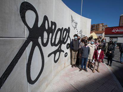 La viuda de Antonio Fraguas, 'Forges', Pilar Garrido (en el centro), junto a otros familiares, en la inauguración del monumento en Alcalá de Henares.