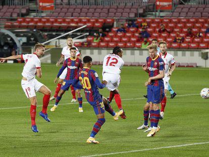 De Jong remata durante el partido de Liga en el Camp Nou esta temporada.