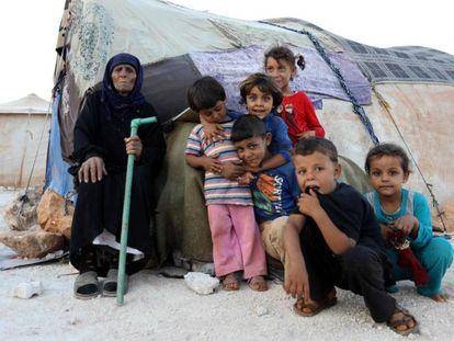Una familia siria .en Kafr Dariyan, en la frontera turco-siria, el 26 de agosto.