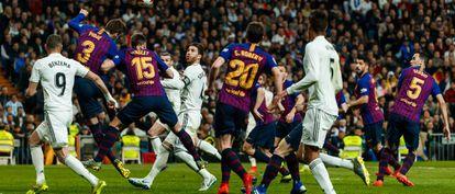 El Real Madrid y el FC Barcelona, en un partido de liga.