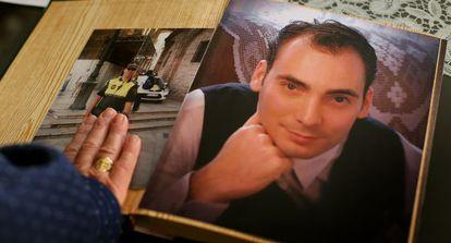 La madre de Julio Miralles con dos fotos de su hijo en su casa de Valencia.