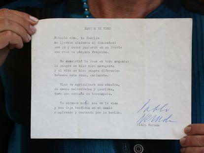 """Berta Teitelboim muestra la versión preliminar recientemente hallada del soneto """"Sangre de Toro"""", el 22 de septiembre en Santiago de Chile."""