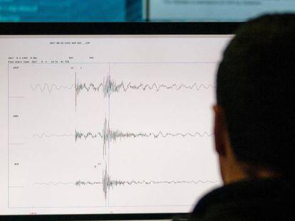 Un técnico en el Centro Sismológico de Chile de la Universidad de Chile.