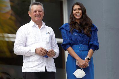 Berenice Quezada y Oscar Sobalvarro, este 2 de agosto tras inscribir su candidatura presidencial.