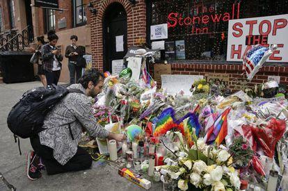 Flores y velas el pasado 16 de junio en Stonewall en recuerdo del atentado de Orlando