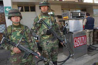 Soldados bolivianos protegen una gasolinera en La Paz tras el decreto de nacionalización de los hidrocarburos.