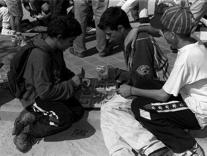 Niños intercambiando cromos de la temporada 1995/96 en el Rastro de Madrid.
