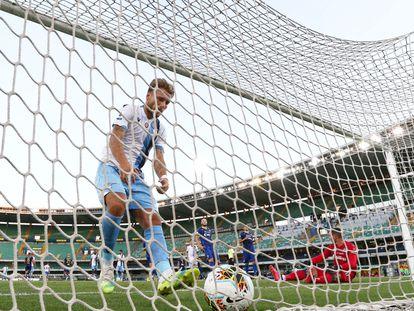 Immobile recoge el balón tras marcar un gol.