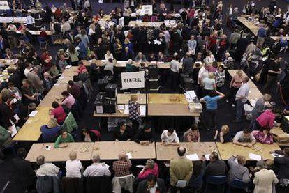 Colegio electoral en el centro deportivo Ponds Forge, en Sheffield, una de las circunscripciones donde se registraron más problemas para votar.