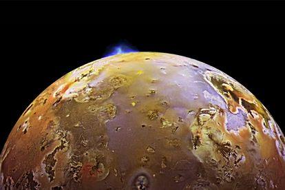 Una erupción volcánica en la luna de Júpiter, Io, vista por la nave 'Galileo'.