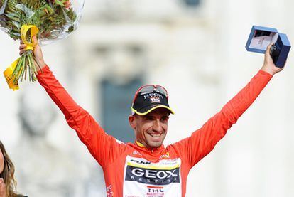 Cobo, en el podio de Cibeles como ganador de la Vuelta 2011.