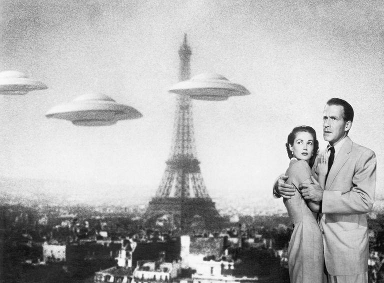 Hugh Marlowe y Joan Taylor rodeados por ovnis en la película 'La Tierra contra los platillos voladores' (1956).