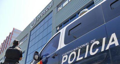 La policía registra una de las empresas de Ángel Ojeda, en Sevilla.