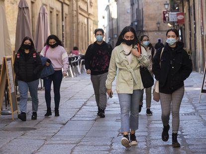 Varios estudiantes, en los aledaños de la Universidad de Salamanca.