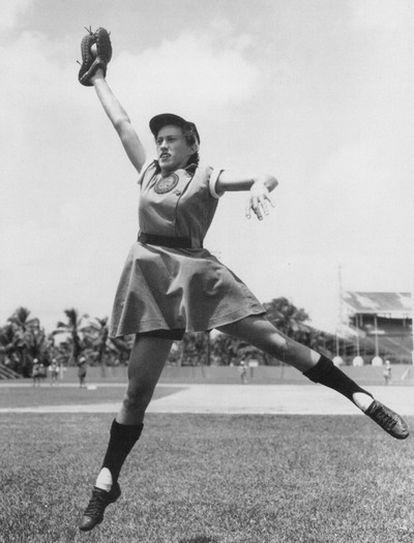 Dorothy Kamenshek coge una bola en su época de profesional.