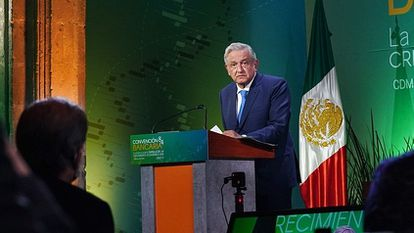 The president of Mexico, Andrés Manuel López Obrador, addresses businessmen and bankers during the last banking convention, last March.
