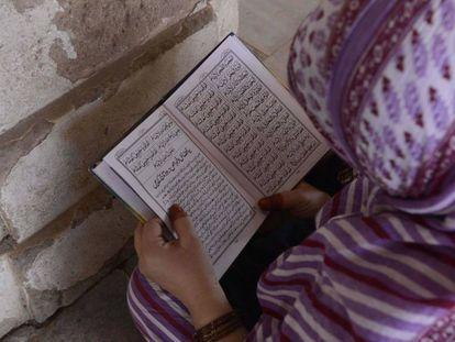 Una mujer musulmana lee el Corán.