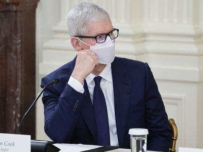 El CEO de Apple, Tim Cook, escucha al presidente de EE UU, Joe Biden, en un encuentro en la Casa Blanca el pasado 25 de agosto.