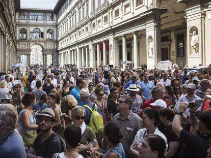 Centenares de visitantes hacen cola para entrar en los Uffizi.