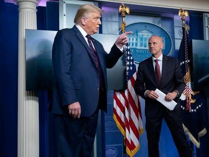 El presidente estadounidense, Donald Trump, junto al jefe de la FDA, Stephen Hahn, el domingo en la Casa Blanca.