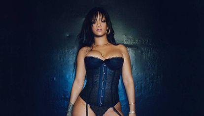 Rihanna luciendo uno de sus diseños para Savage X Fenty.