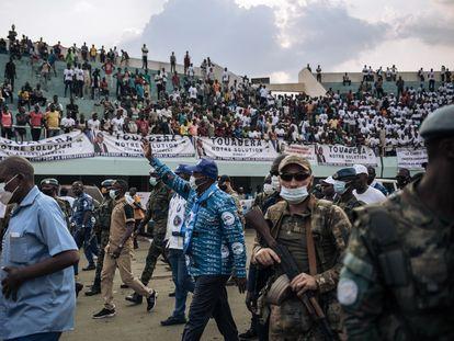 El presidente de República Centroafricana, Faustin-Archange Touaderá, escoltado por mercenarios rusos y 'cascos azules' ruandeses, el pasado diciembre en Bangui.