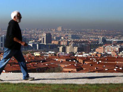 """El tráfico de vehículos ha fluido en niveles similares a un día normal en el estreno de la limitación de 90 a 70 kilómetros por hora en la circunvalación M-30 y otros accesos a Madrid por la contaminación, una medida que ha generado críticas políticas por """"descordinación"""" al Ayuntamiento de Madrid. En la imagen, vista de una nube de contaminación sobre la capital."""