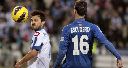 Escudero, del Getafe, pelea por el balón con Gama, del Deportivo.