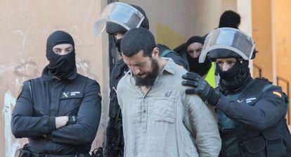 La Guardia Civil conduce a uno de los islamistas detenidos el viernes en Melilla.