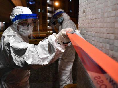 Dos agentes de policía clausuran una urbanización por el coronavirus en Hong Kong (China), este martes.