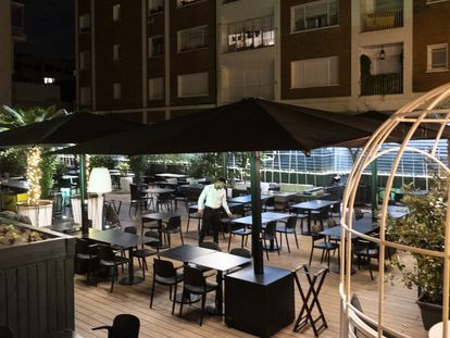 Terraza de un restaurante vacío en la noche del jueves, en el barrio de Chamberí de Madrid.
